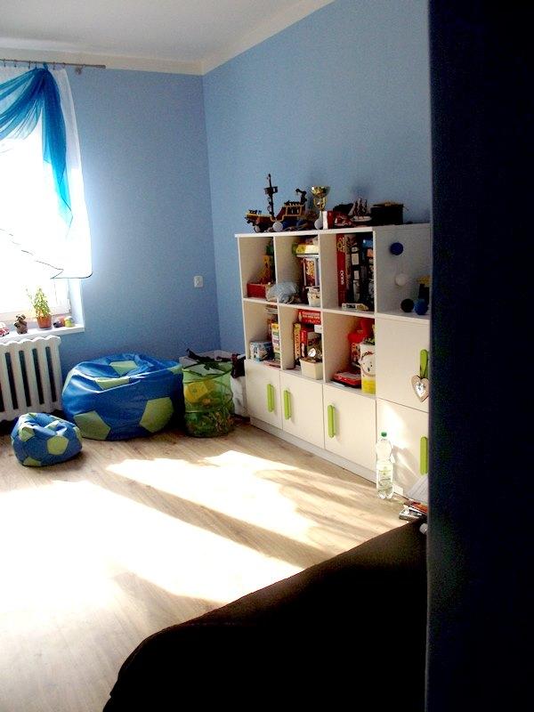 Urządzanie pokoju dziecka - białe meble i kolorowe dodatki