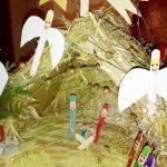 Szopka Bożonarodzeniowa ze słomy i patyków po lodach
