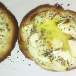 Zapiekana bułka z jajkiem i fetą-pomysł na kolację